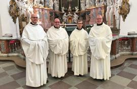 Mönche in der Klosterkirche